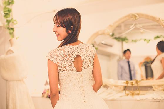 ウェディングドレスの試着をする花嫁さん